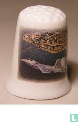 Straaljager boven de stad op een porselein vingerhoedje