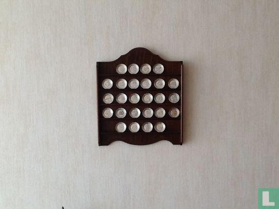 houten rekje met 26 zilveren schaaltjes