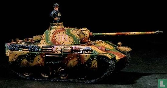 PANTHER AUSF G WITH COMMANDER IN AMUBUSH PATTERN
