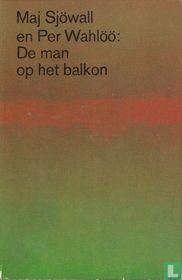 De man op het balkon
