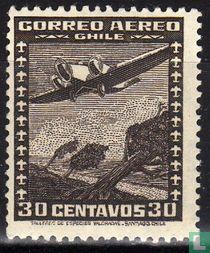 Vliegtuig boven berglandschap