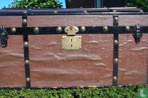 hutkoffer met koperen beslag