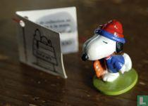Snoopy met blauw shirt en blauw/rode muts