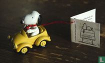 Snoopy in gele auto