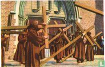 Veurne - Boetelingenprocessie. De boetelingen dragen hun kruis
