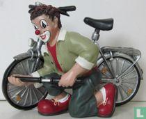 Fiets met clown bij voorwiel (De Platvoet)