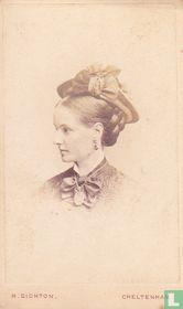 Jonge dame, zijaanzicht, met hoed, medaillon en oorhanger