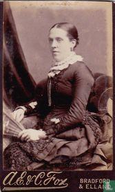 Dame zittend in stoel met waaier
