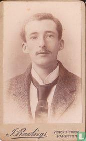 Jongeman met snor en grote stropdas