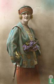Jonge dame in art deco kleding met bloemen