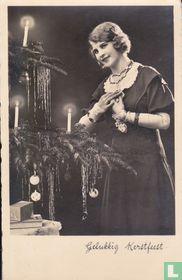 Gelukkig Kerstfeest: Jonge vrouw bij kerstboom