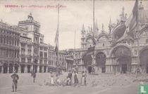Italia Venezia - Corre dell' Orologio e Chiesa S Marco feeding pigeons and police officer (Venetië rond 1900)