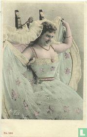Vrouw met lichtblauwe jurk