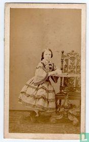 Jong meisje met tafel en stoel
