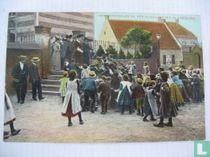 Het Grabbelen na een Huwelijks mis in Limburg