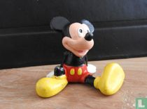 Mickey Mouse zittend