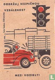 Dodrzuj bezpecnou vzdalenost mezi vozidly!