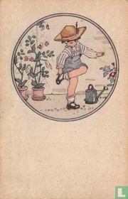 Kind staat op één been in tuin