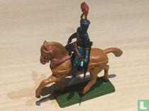 Ridder te paard met zwaard omlaag en schild