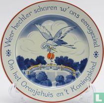 """Sierbord - """"Weer hechter scharen w' ons eensgezind Om het Oranjehuis en 't Koningskind"""" - Société Céramique"""