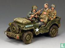 Jeep duitsers met krijsgevangenen